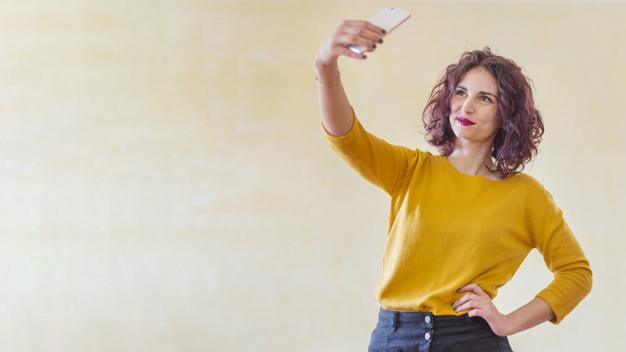 influenciador tirando selfie